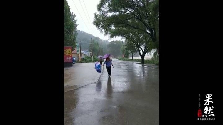 潍坊临朐:道路塌方,民警背起女孩撤离险地
