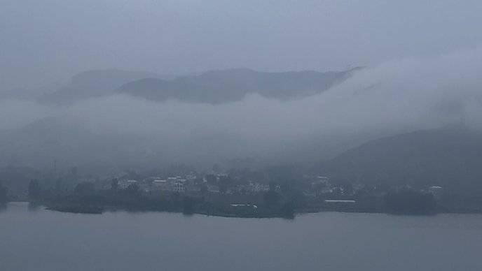 果然视频|秋雨绵绵一夜未断,济南南山雾气加重气温骤降
