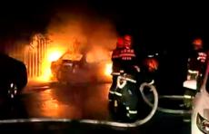 深夜,济南一停车场内私家车突然起火,旁边还停着多辆私家车