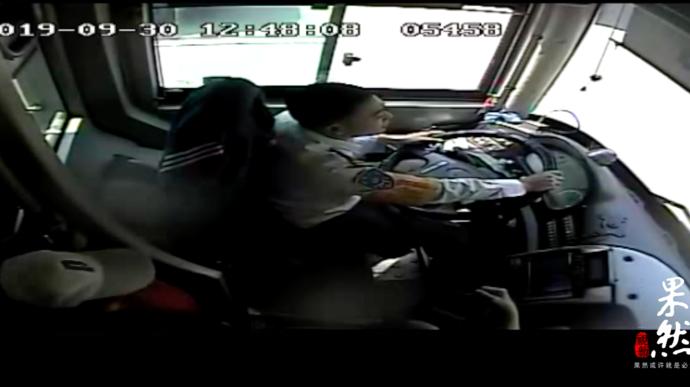 果然视频| 女学生公交车上晕倒  驾驶员7分钟送去医院
