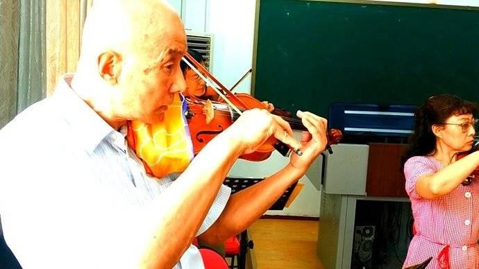 果然视频|零基础老人学拉小提琴,好懵懂好认真