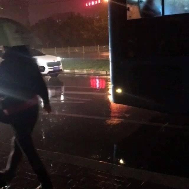 下班雨,冻坏车站等公交的人!