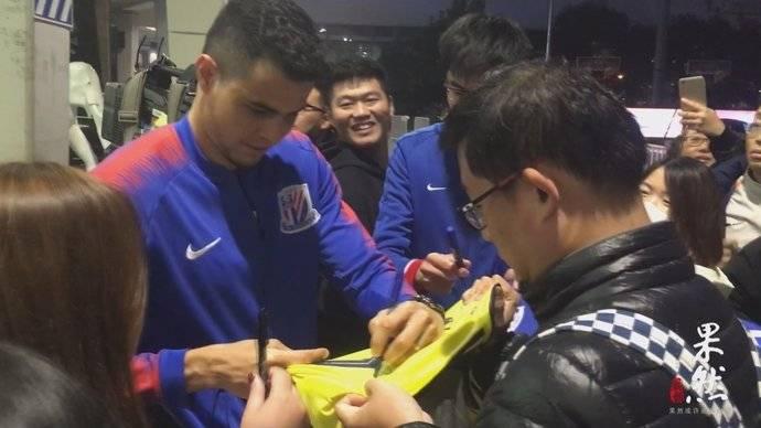 果然视频|上海申花结束赛前适应训练,数十位申花球迷夹道欢送!