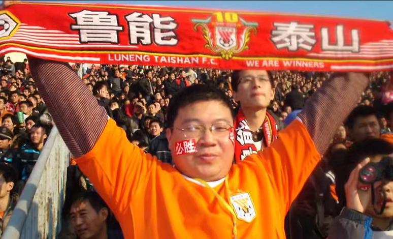 壹粉看球|追随泰山25年,山东鲁蜜凌晨抵达上海助威鲁能夺冠
