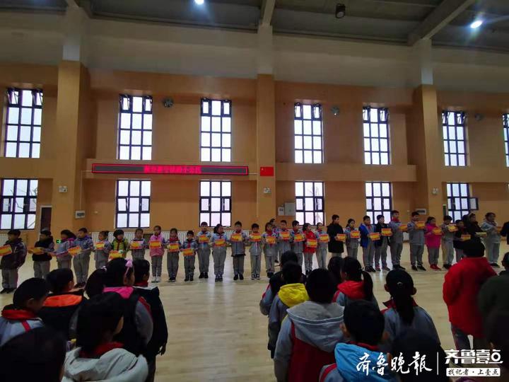 应对大雾天济南中小学取消户外活动,有学校升旗仪式改为室内进行