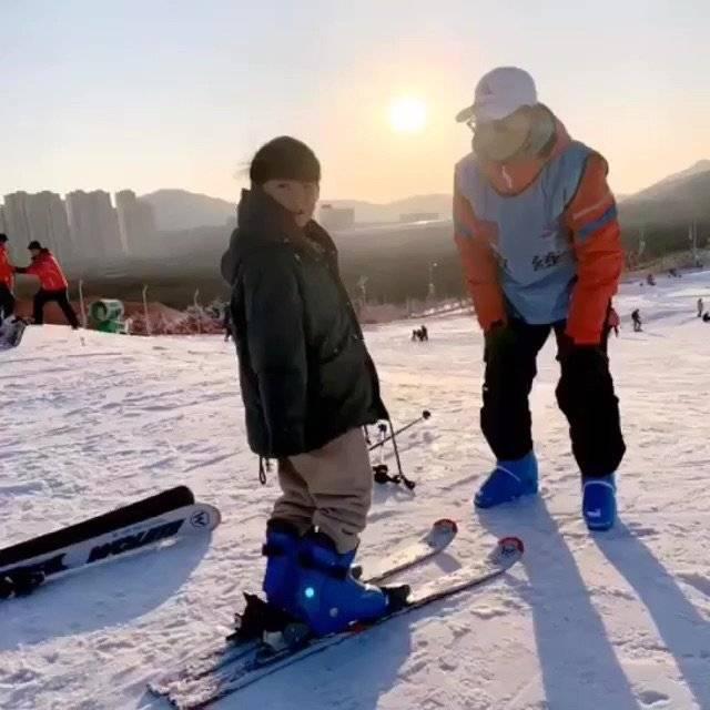 #寒假带娃怎样嗨?#娃放假了,我带他这样嗨,滑雪开心快乐又健