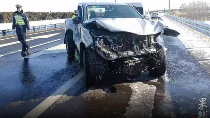 果然视频丨雪后皮卡车打滑甩尾,车辆损毁严重!幸好人无大碍