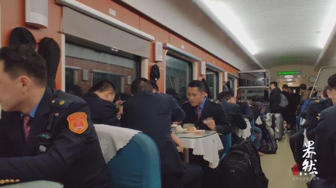 """果然视频 从绿皮车到直达快车,15年老""""乘务员""""谈铁路之变!"""