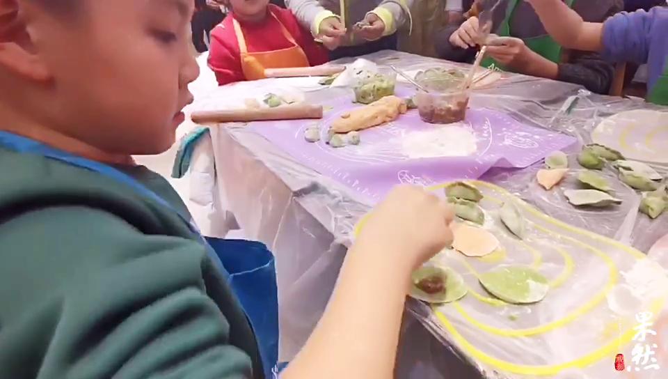 果然视频|孩子们水饺包的有模有样,环卫工奶奶赞不绝口