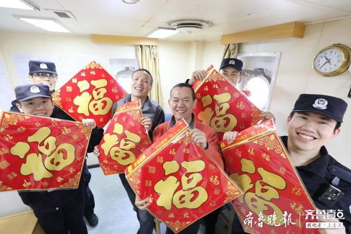"""贴春联、送""""福""""字、吃饺子,巨轮上同过中国年"""