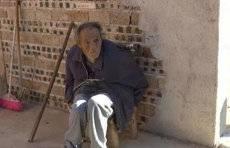 江西赣州一批不孝子被曝光,69岁中风老人只能住牛栏