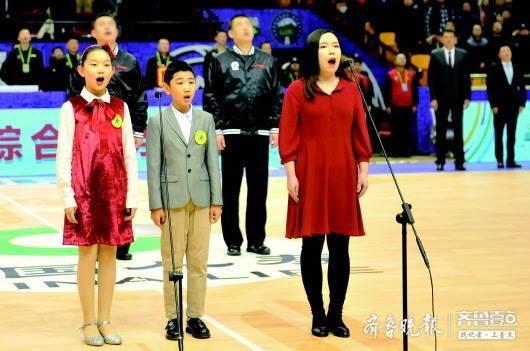 以篮球的名义,把爱唱给祖国,齐鲁壹点记者CBA赛场领唱国歌