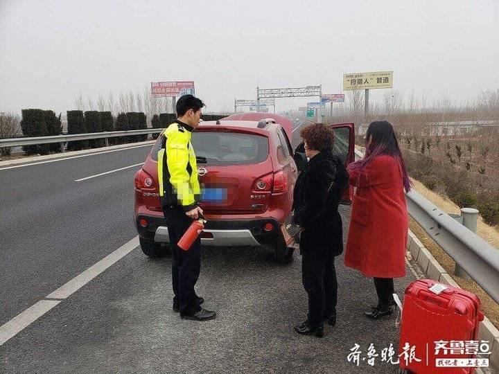 危险!大年三十轿车高速路上冒起白烟!巡逻民警火速帮忙处置