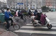 济南晚高峰车流量逐渐增多,排队十字路口的场景再现