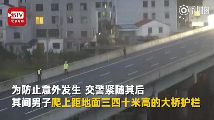 惊险!男子高速路上拦截飞踹车辆:出租屋闷久了