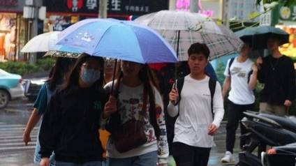 果然视频|济南这场秋雨来得急,冷雨中路人行色匆匆