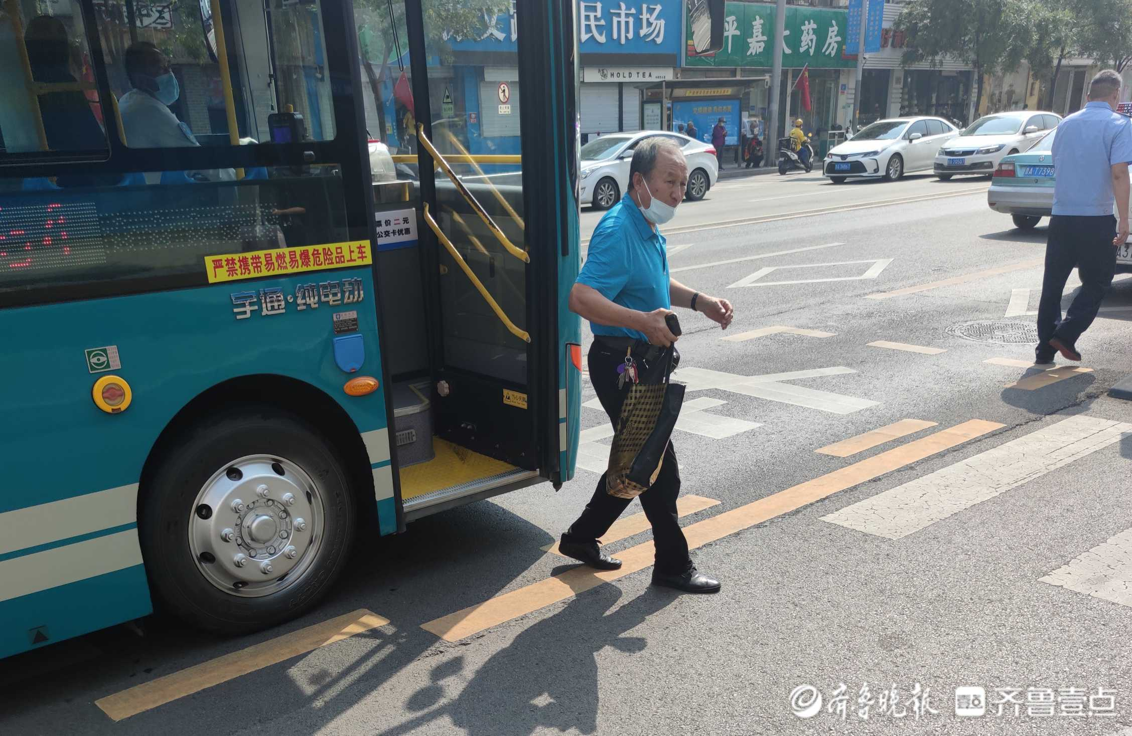 情报站|感动!济南一老人将包裹遗忘公交车上,巧遇好心民警救助