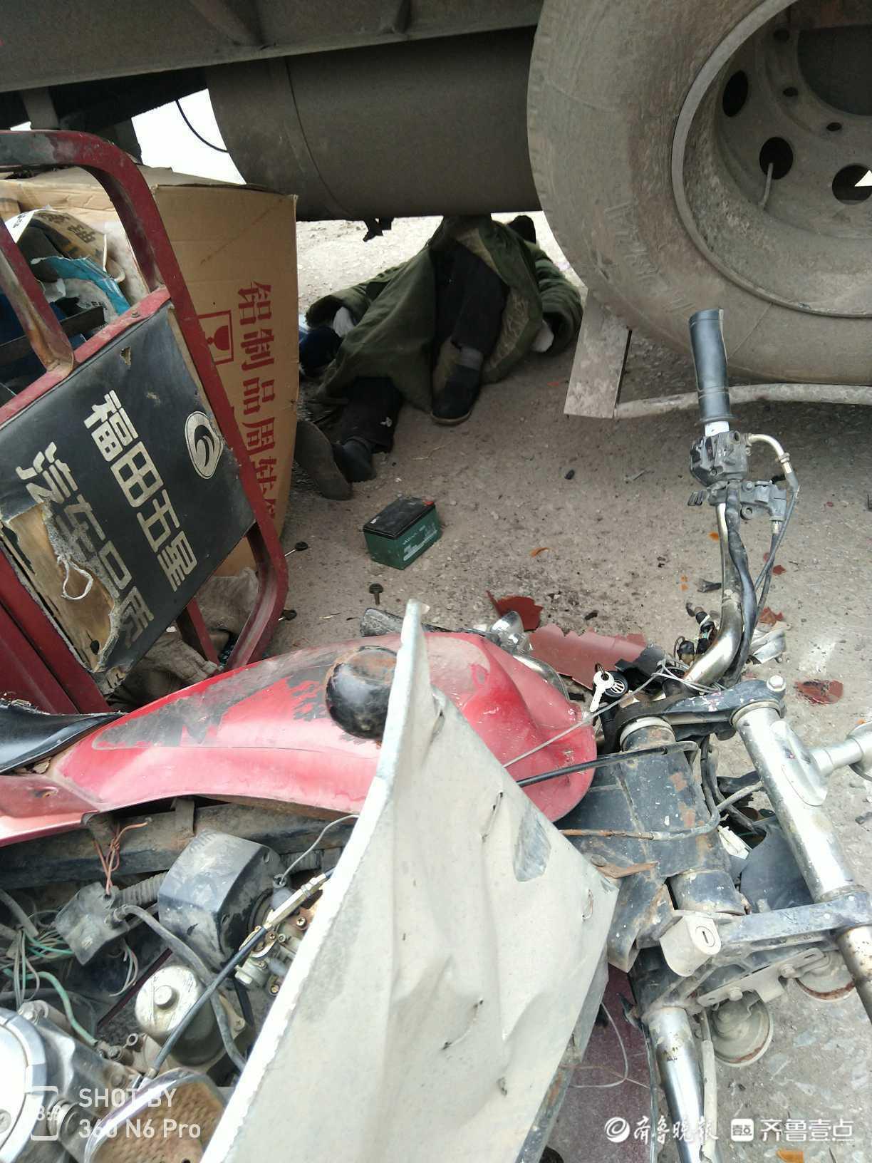 情报站|临沂342国道三轮车与大货车相撞,有人受伤等待救援