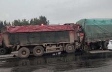 情报站|泰安104国道多辆货车相撞,一辆大货车头严重变形