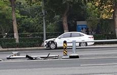 情报站|济南英雄山路发生一起交通事故,护栏撞断车辆车头受损