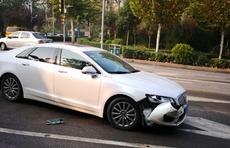 情报站|济南七里山西路轿车与垃圾运输车相撞,车头受损无人受伤