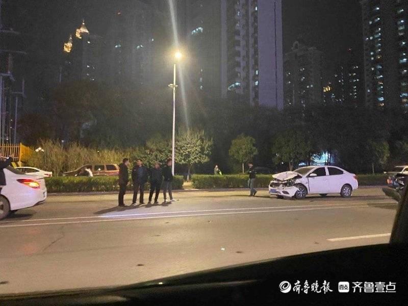情报站|济南长清区凤凰路两轿车相撞,所幸无人员受伤