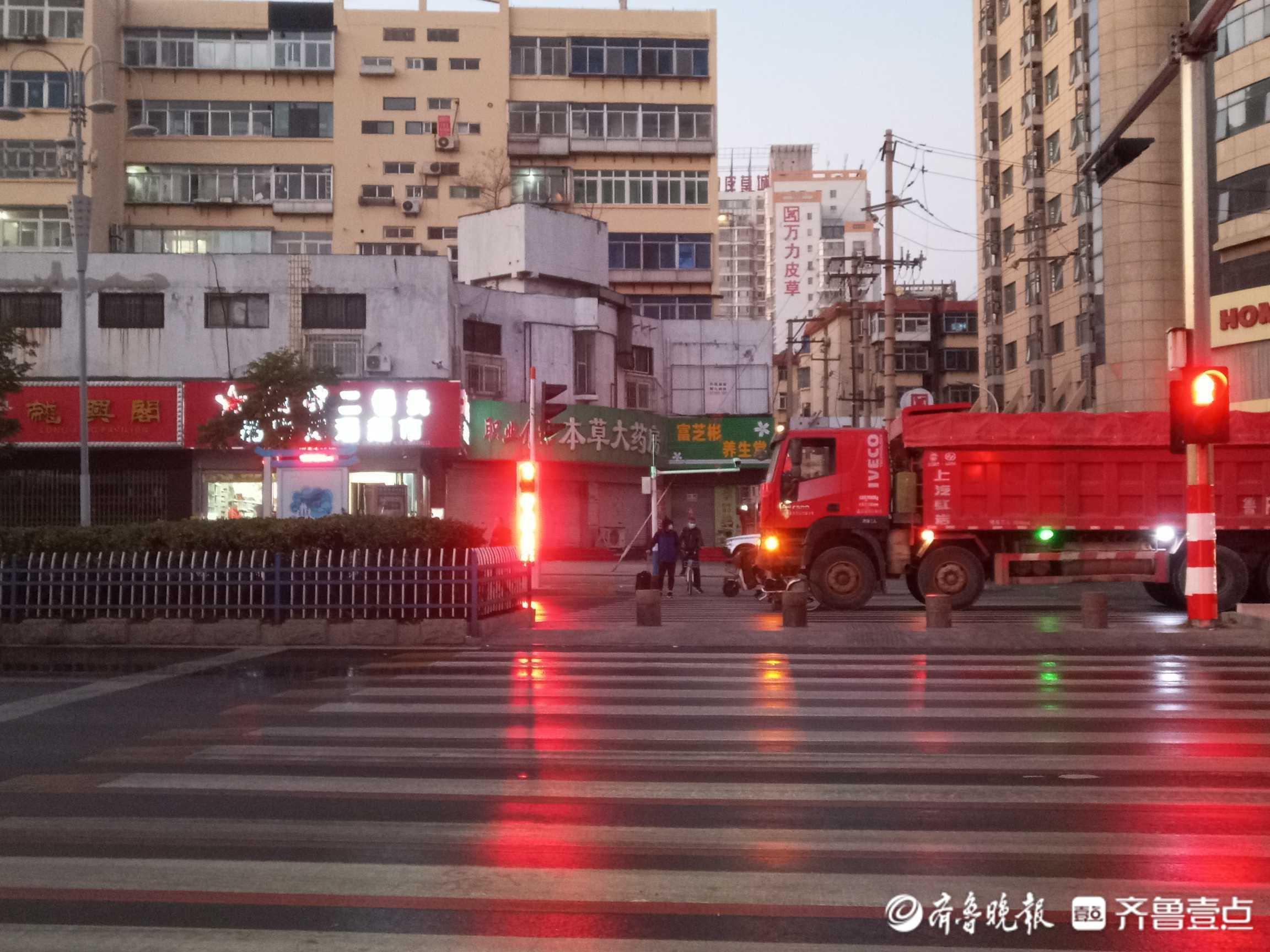 情报站|烟台一自行车被压货车车头下,伤者已送医