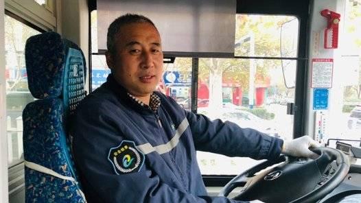 果然视频|八旬老人寒风中拖二百斤红薯赶公交,众人伸手温暖岛城
