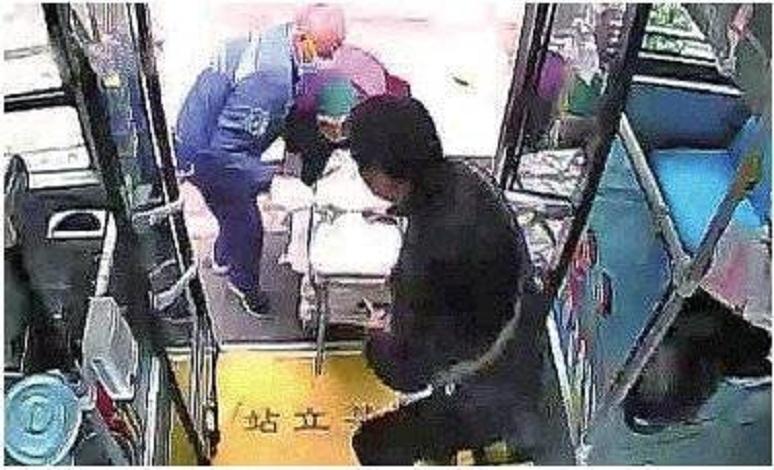 87岁摆摊老人拖200斤红薯赶公交,青岛司机乘客齐援手