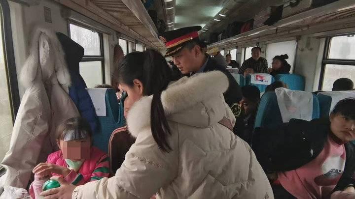情报站 春运回家7岁女孩突发高烧,乘客列车长齐救助