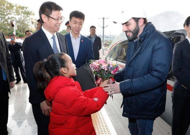 80后总统体验中国高铁:F1油门踩到底才能这么快
