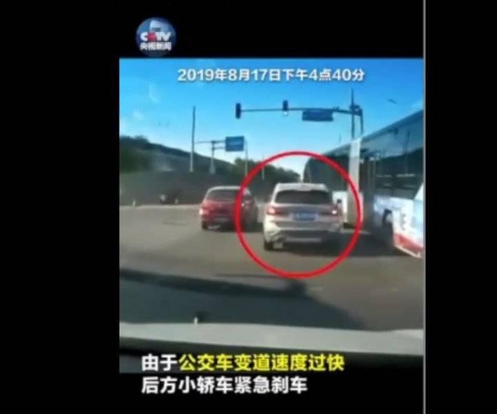 公交车与私家车斗气别车?北京公交集团:当事驾驶员已被暂停工作