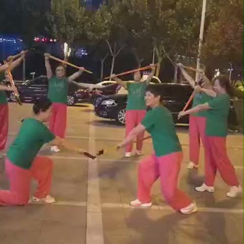 广场上的夜晚,姐妹们在排练持杖操