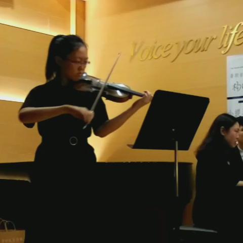 《暑期里的琴声》   我女儿虽然自幼学习小提琴,但