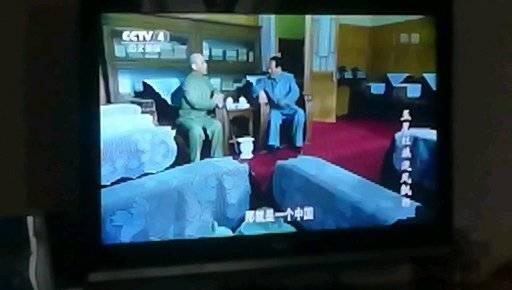 观看电视剧: 五星红旗迎风飘扬。