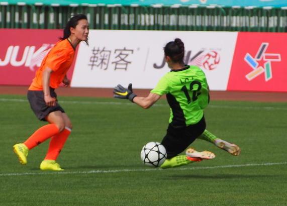29日,山東體育中心足球場,中國女足甲級聯賽激烈進行。
