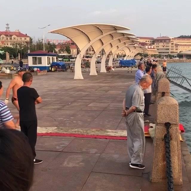 【视频】烟台山下海边只要涨潮,每天清晨都会有一些游泳爱好者们