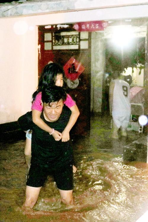 张于宝洪水中救助被困村民。