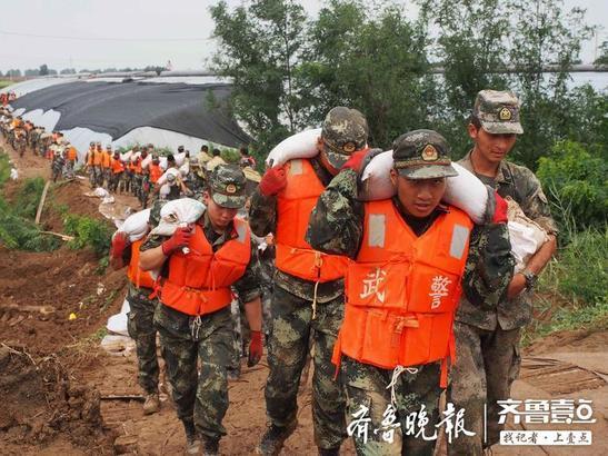 8月10日到14日,寿光市各个救援现场,数以千计的年轻士兵用他们坚强而有力的臂膀保护着群众们的安全。无论是奋战中,还是休息间,他们的不屈都写在脸上,令人过目难忘。齐鲁晚报·齐鲁壹点 记者周青先摄
