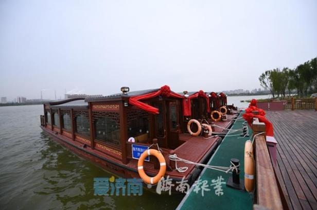华山湖游船的首航,标志着华山湿地公园由全面建设阶段转入建设、经营同步推进阶段。(爱济南)