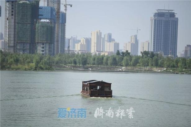 """近年来,济南华山湿地公园建设全面推进,华山湖开挖全面完成,已成为展现泉城济南特色和市民游客休闲游玩的""""网红新地标""""。"""