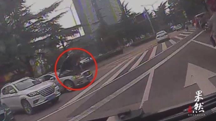 果然视频 私家车自燃冒出浓烟,公交驾驶员拿起灭火器冲了过去!