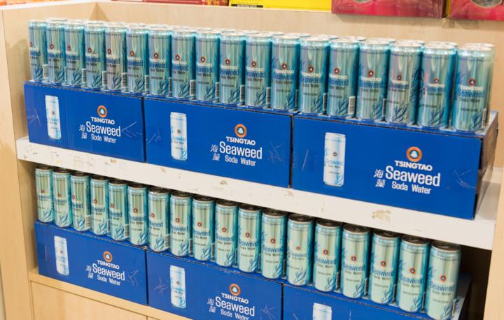 时空更迭,但青岛啤酒的品质和品牌美誉度却始终不变。如今,不论是在繁华闹市的大型超市、星级酒店、酒吧,还是遍布大街小巷的便利店、餐馆,随处可见青岛啤酒的身影。作为陪伴新加坡新生一代长大的国际品牌,青岛啤酒早已融入到了当地年轻人的生活方式。