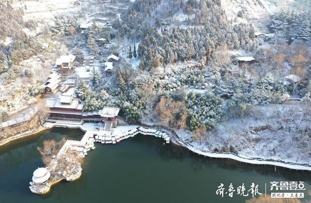 12月26日,經過一夜好雪,濟南紅葉谷景區變身潔白雪世界,美麗的景色令人心曠神怡。由于山區高冷,降雪留得住,所以呈現出跟市區不同的景象。(齊魯晚報·齊魯壹點 記者周青先攝)