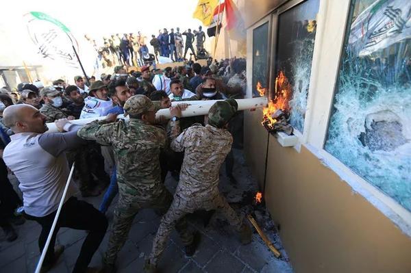 驻伊拉克大使馆被强攻,美国连夜派兵!抗议者:美国是侵略者!