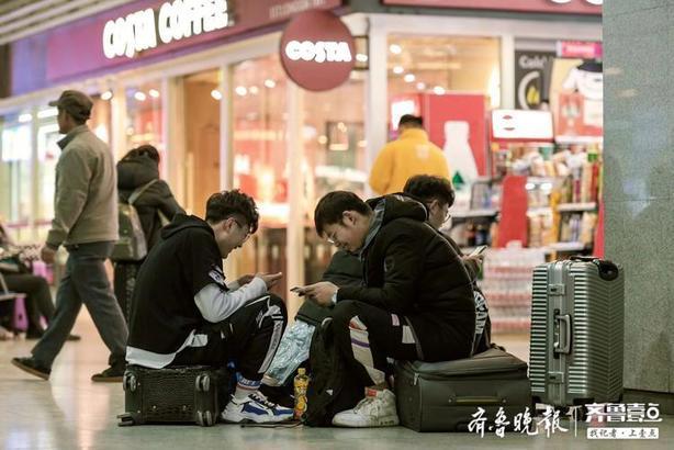 1月11日是春運大幕開啟后的第二天,記者在濟南火車站看到很多候車的乘客。