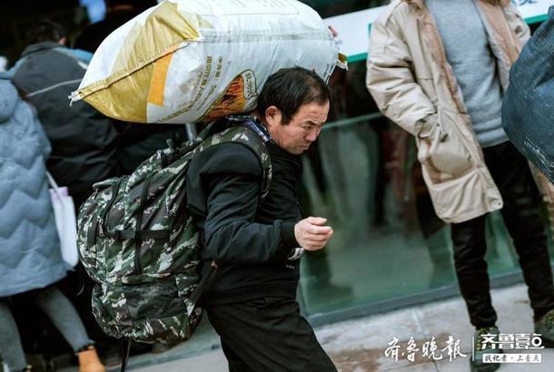 他們大包小包,手提肩扛,臉上寫滿了歸心似箭。