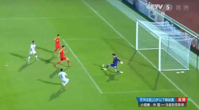 图赫塔辛诺夫无人盯防,轻松推射破门!乌兹别克2-0领先国奥