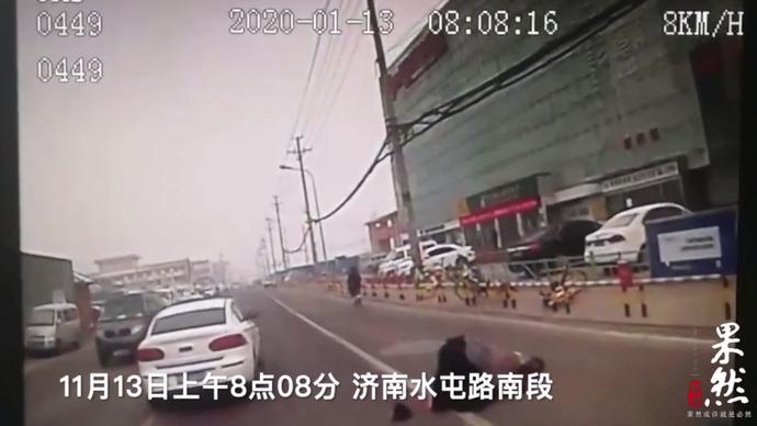 果然视频|路人重摔在地,济南公交驾驶员主动上前扶起来