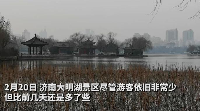 果然视频 济南大明湖景区渐显人气,游客个个都戴口罩